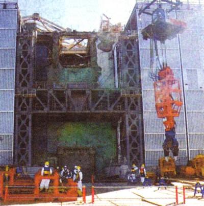高い線量で作業員の大量被ばくが指摘されている東電福島第1原発3号機。遠隔操作でがれきをはさみ取り除く大型カッター(右)=福島県双葉郡大熊町・双葉町