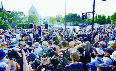 「原発やめろ」と「0602反原発☆国会大包囲」に参加して声をあげる人たち。奥は国会議事堂=6月2日、東京都千代田区