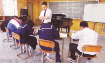 葛尾中学校で3学年5人がいっしょの音楽の授業=福島県三春町要田