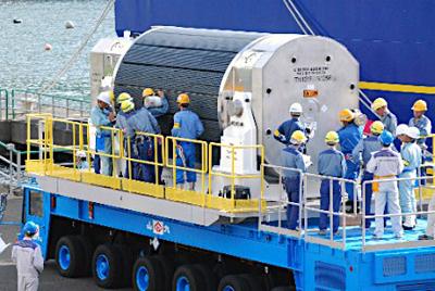 関西電力高浜原発に搬入されるMOX燃料集合体が入った輸送容器=6月27日