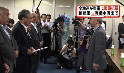 東電社長に申し入れる全国漁業協同組合連合会の岸宏会長(左)=8月29日(FNNニュースから)