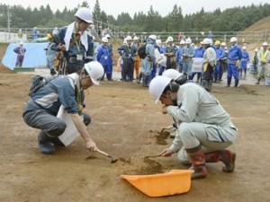 東通原発の敷地内で、「F-3」破砕帯が下を通る水平掘削面で調査を行う原子力規制委員会の専門家調査団ら=9月4日、青森県東通村(代表撮影)