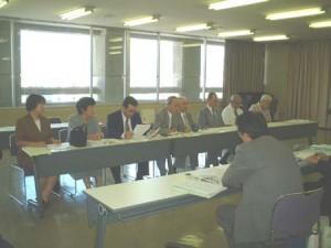 市に申し入れを行う「市民の会」メンバ(2001/9/20・敦賀市役所)