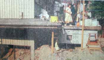 「どこから手をつければいいのか・・」一階部分を土砂で埋め尽くされた家=7月24日、福井県美山町藏作にて