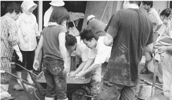 復旧活動に頑張る青年たち=福井・美山町蔵作で