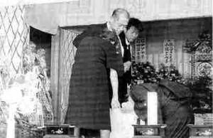棺にすがりつき悲しむ高鳥さんの母、千津江さんら家族=7月11日小浜市北塩屋