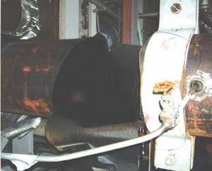 事故のあった美浜原発3号機のタービン建屋の内部。中央の黒く見えている部分が破口して蒸気が噴き出した部分(関西電力提供)