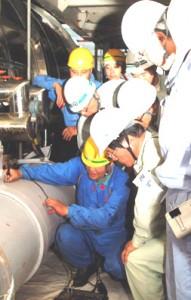 美浜原発2号機で、二次系配管の肉厚を測定する作業員=8月17日、午後3時ごろ