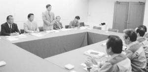 関電側(手前)に申し入れる吉井衆院議員(正面左から3人目)=23日、大阪・北区の関電本社内