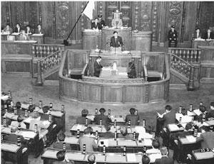 本会議で質問する志位和夫委員長=2日、衆院本会議