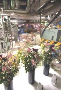 死者を悼む献花台が設置された、美浜原発3号機タービン建屋内