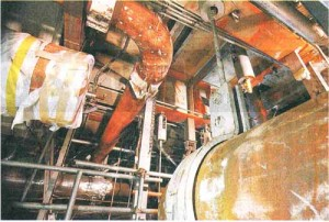 蒸気噴出事故のあった美浜原発3号機タービン建屋2階。切り取られて白い布が巻かれている配管が破裂した主給水管=9月7日午前、福井県美浜町丹生のにて