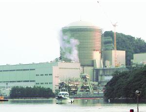 事故をおこし水蒸気が噴出している美浜原発3号機のタービン建屋=9日、福井県美浜町(写真は山本雅彦通信員)