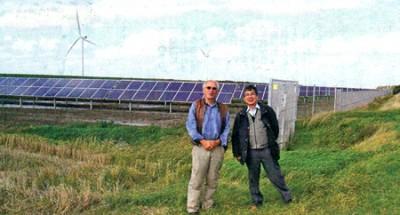 ドイツを訪問中の和田さん(右)。市民ソーラーパーク・ローデネ代表のアーミン・ヴルフさんと(和田さん提供)