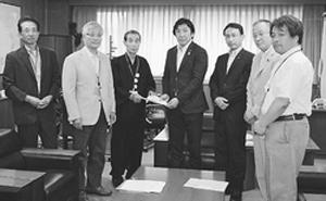菅原経産副大臣(中央)に要請書をわたす(副大臣の左隣から)早川、伊東、斎藤の各氏=7月3日、経産省