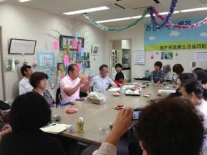 女性の集いで訴える、山田候補(中央)と立石雅昭新潟大名誉教授。(7日、敦賀市・つるが生協診療所)