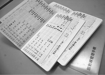 未払い賃金、危険手当の支払い請求訴訟を起こす原発作業員の放射線管理手帳。原発事故直後の緊急作業などでの被ばく線量を記録しています。