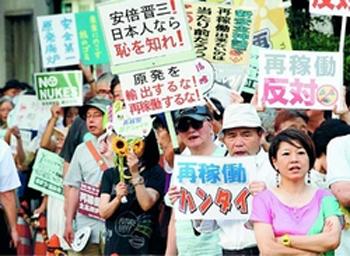 「再稼働反対、大飯原発今すぐ止めろ」とコールする人たち=7月12日、首相官邸前