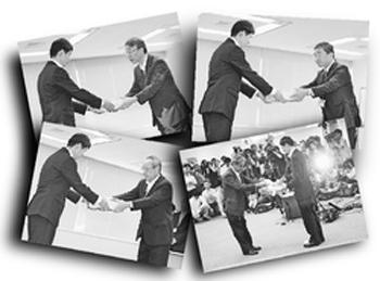 原子力規制庁の市村知也安全規制管理官に原発の審査申請書類を手渡す各電力会社の幹部。(時計回りに左上から)北電、四電、関電、九電=7月8日午前、東京都港区