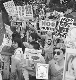 大飯をとめろ、原発なくせと抗議の声を上げる人々=7月19日、首相官邸前