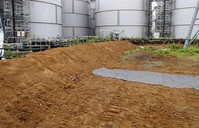高濃度汚染水が漏れたH4タンク領域の前に造られた盛土や防水シート=8月20日、東京電力提供