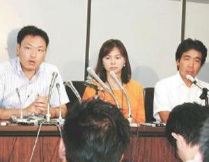 「子ども・被災者支援法」の基本方針策定を国に求めて東京地裁に提訴し、記者会見する原告団=8月22日、司法記者クラブ