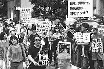 (写真)「再稼働反対」「原発やめろ」の抗議の声をあげる人たち=8月30日、首相官邸前 官邸前