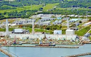 東京電力福島第1原子力発電所。1号機から4号機建屋と汚染水貯蔵タンク群(本紙チャーター機から撮影)