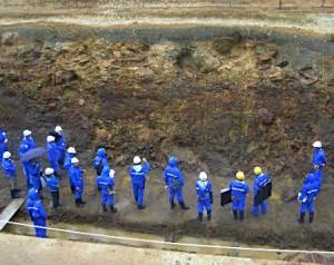 東通原発敷地内の試掘溝で地層を調べる原子力規制委員会の専門家調査団=9月3日、青森県東通村(代表撮影)