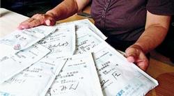 「医療費負担で年金がなくなる」と訴える女性=宮城県石巻市の仮設住宅