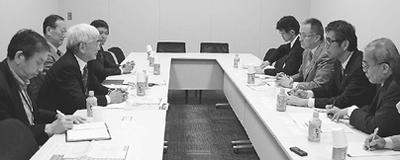汚染水問題での日本原子力学会と日本共産党の懇談。左から手前2人目が田中知・原子力学会前会長、右2人目から日本共産党の宮本岳志、笠井亮両衆院議員=11月15日、国会内