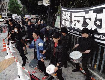 「原発ゼロを撤回するな」とエネルギー基本計画閣議決定に抗議する人たち=4月11日、首相官邸前