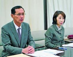声明を発表する野元県委員長(左)と、まつざき県議=4月14日、鹿児島県庁