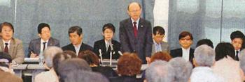 報告集会で井戸謙一弁護団長の報告を聞く参加者=4月15日、大津市