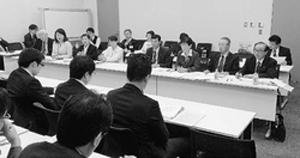 福島第1原発事故の十分な賠償や被災地再建への支援を要請する参加者たち=4月17日、衆院第2議員会館