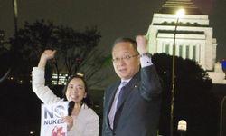 「原発いらない」とコールする吉良議員(左)と笠井議員=4月18日、国会正門前