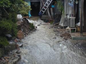 美山町で、民家に流れ込む川水と土砂=(党福井県委のHPより)