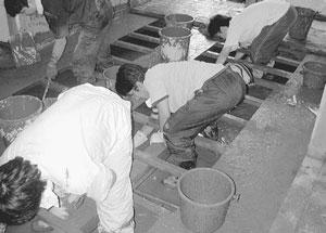 床下の泥をとるボランティアの青年ら=21日、美山町蔵作