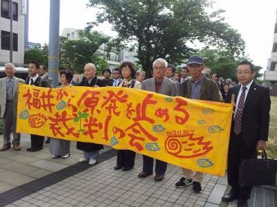 関西電力大飯原発3,4号差し止め求める裁判入廷する原告団=5月21日、福井地裁前