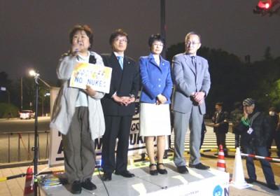 「大飯を止めろ」「原発いらない」とコールする(右から)笠井晃、紙智子、井上さとしの3国会議員と山本きよこ敦賀市議=4月19日、国会正門前