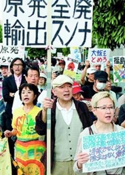 即時原発ゼロを求め抗議する人たち=5月24日、首相官邸前