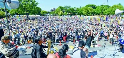 「原発なくせ」とコールする集会参加者=6月2日、東京・明治公園