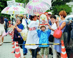 「原発やめろ」と首相官邸前で抗議する人たち=6月21日、東京都千代田区