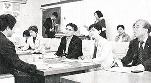 高橋市長(左)に申し入れる(前列右から)中庭、江尻、田中の3市議、大内県議=5月12日、水戸市
