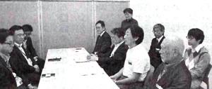中部電力静岡支店に浜岡原発の再稼働を断念するよう要請する、原発なくす静岡の会の人たち=5月14日、静岡市葵区