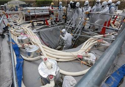 凍土遮水壁の実証実験現場。円筒状の物体が、冷凍液を通す配管=5月16日午前、東京電力福島第1原発(代表撮影)