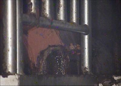 東京電力福島第1原発1号機の原子炉建屋で、格納容器につながる配管の一つで確認された水漏れ(写真中央)=5月27日午前(東電提供)