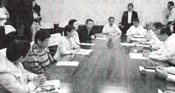 佐藤知事(右端)に申し入れる(左から)宮本、宮川、神山、阿部、長谷部の5県議=5月29日、福島県庁