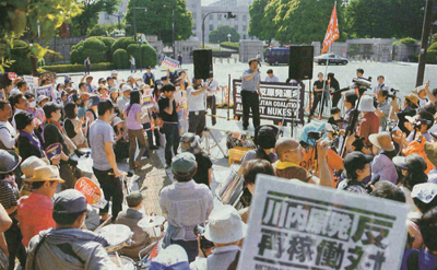 原発立地地域の人たちや著名人などがスピーチした国会正門前での抗議行動=6月1日