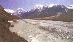 ネパールのランタン氷河の融解水が流れる川(©Niko Wanders)